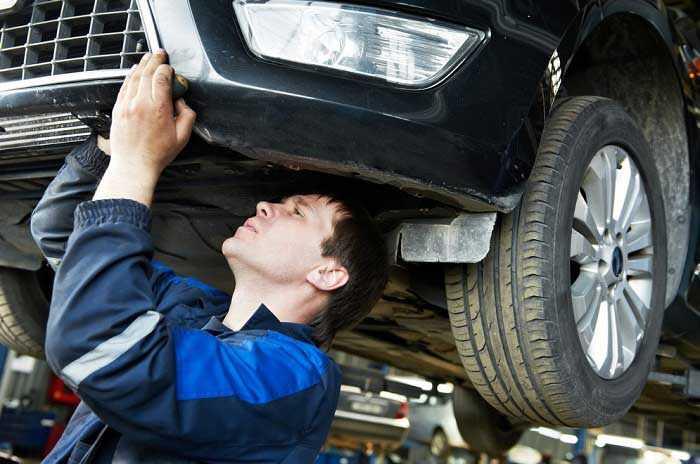 мастер под машиной
