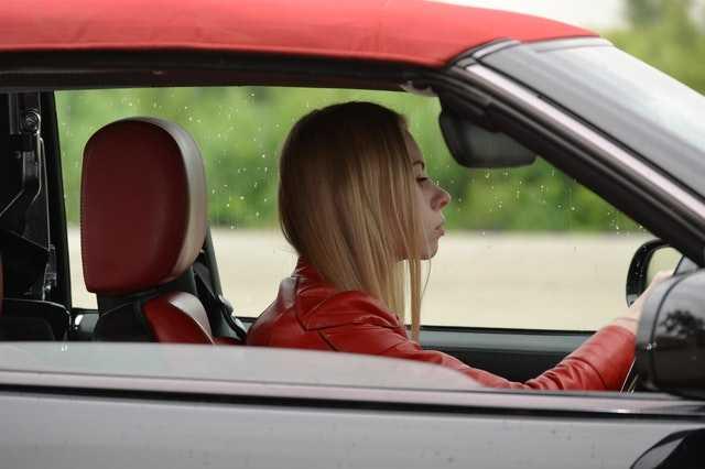 Современная женщина за рулем