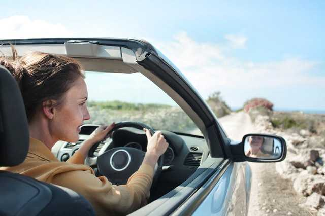 Аккуратное управление автомобилем женщиной